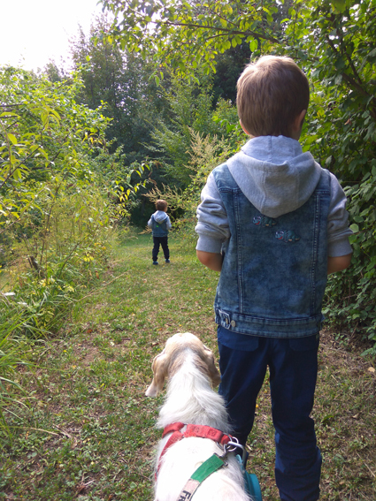 Bambini e cani insieme al Giardino delle Farfalle